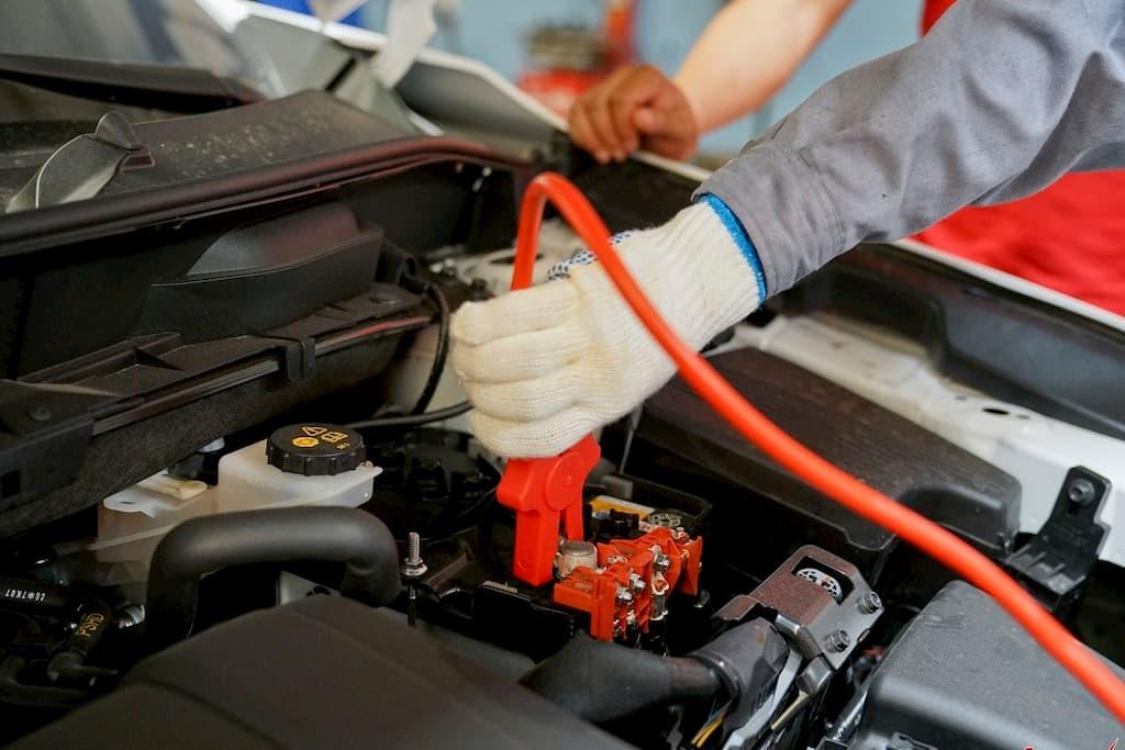 Ô tô hết điện ắc quy bạn nên làm thế nào?