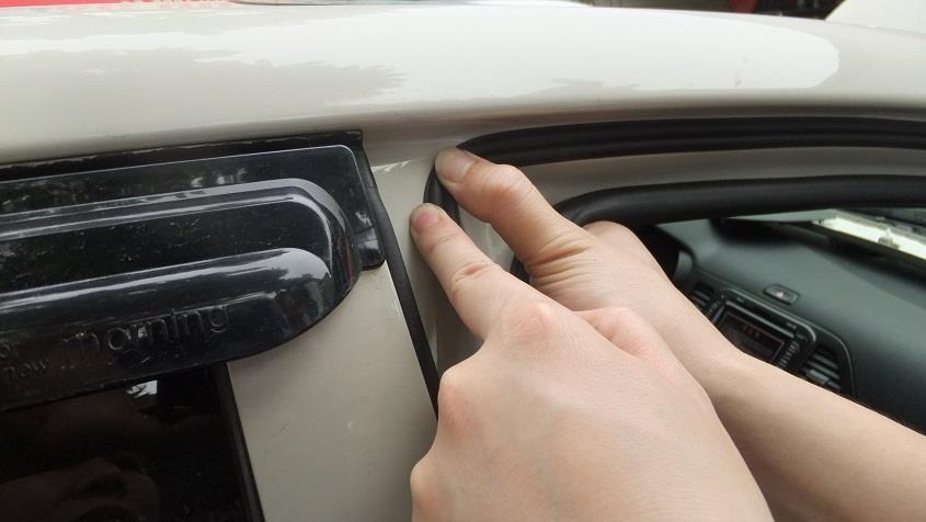 Dùng hai ngón tay ấn chặt khi dán đến đoạn gấp khúc.
