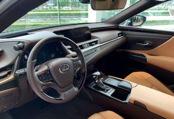 Chọn Mercedes E300 AMG 2020 hay Lexus ES 250 2020?