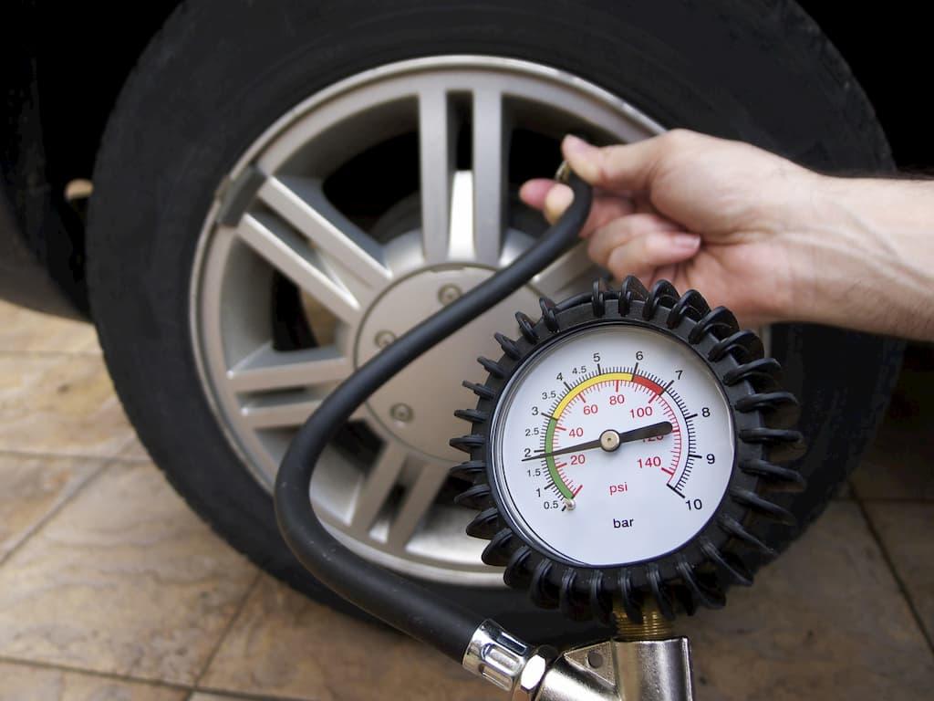 Cần lưu ý gì khi bơm lốp xe ô tô